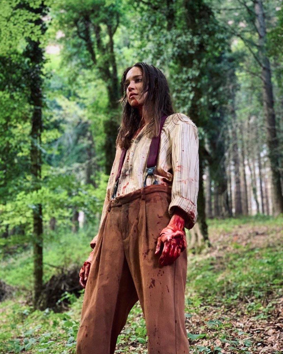 นางเอกยืนในป่า จากเรื่อง สร้างหนังสั่งตาย